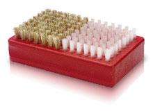 Une brosse combinée (laiton et nylon) fera parfaitement l'affaire si vous ne voulez pas traîner trop d'équipement.